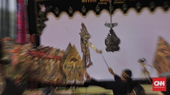 Dipimpin oleh Dalang Ki Slamet Hadi Santoso, dalang peruwat wajib menjalani laku spiritual sebelum pentas–-seperti puasa dan doa–-karena ia merupakan tokoh sentral dan bertanggung jawab atas prosesi ruwatan.