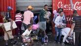 Penjarah Afrika Selatan mengambil barang-barang dari toko yang diduga milik asing selama kerusuhan di pinggiran Johannesburg Turffontein, (2/9). (GUILLEM SARTORIO / AFP)