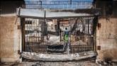 Orang-orang menggeledah toko-toko milik asing yang dijarah di pinggiran Malvern, di Johannesburg,(4/9).(Michele Spatari / AFP)
