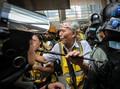 'Geng' Lansia Lindungi Pedemo dalam Kericuhan Hong Kong