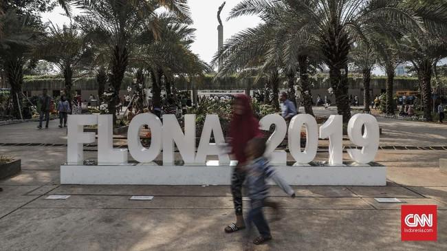 Pengunjung saat menikmati instalasi di pameran Flora dan Fauna 2019 di Lapangan Banteng, Jakarta, Minggu, 8 September 2019. (CNN Indonesia/Bisma Septalisma)