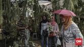 Pengunjung saat menikmati suasana pameran Flora dan Fauna 2019 di Lapangan Banteng, Jakarta, Minggu, 8 September 2019. (CNN Indonesia/Bisma Septalisma)
