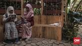 Pengunjung saat menikmati instalasi di pameran Flora dan Fauna 2019 di Lapangan Banteng, Jakarta, Jumat, 6 September 2019. (CNN Indonesia/Bisma Septalisma)