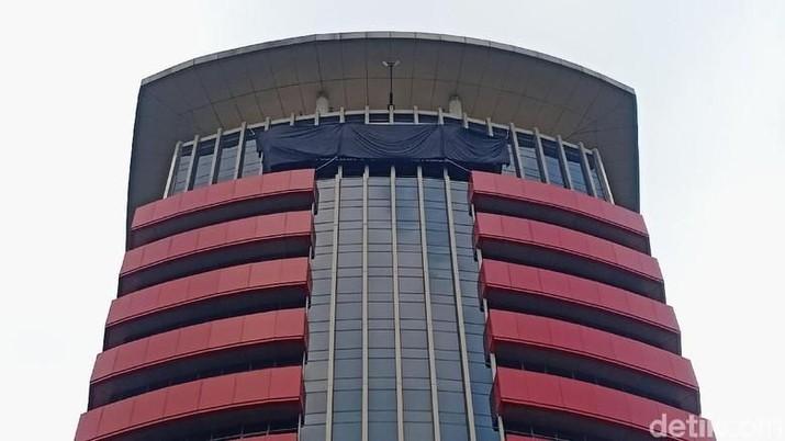 Komisi Pemberantasan Korupsi menggelar operasi tangkap tangan terhadap delapan orang, termasuk Bupati Indramayu Supendi, Selasa (15/10/2019) dini hari WIB.