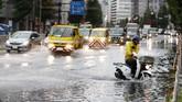 Badai Faxai diperkirakan akan menyebabkan kekacauan perjalanan kereta komuter, akibat penundaan jadwal pada berbagai jalur utama. (Kyodo News via AP)