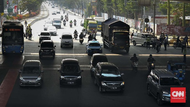 Petugas kepolisian mulai memberlakukan penindakan berupa tilang terhadap pengendara mobil yang melanggar di kawasan perluasan sistem ganjil-genap. (CNN Indonesia/Daniela Dinda)