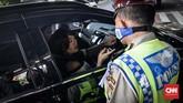 Pelanggaran sebagian besar terjadi karena pengendara baru melintas di jalan yang diterapkan sistem ganjil genap. (CNN Indonesia/Daniela Dinda)