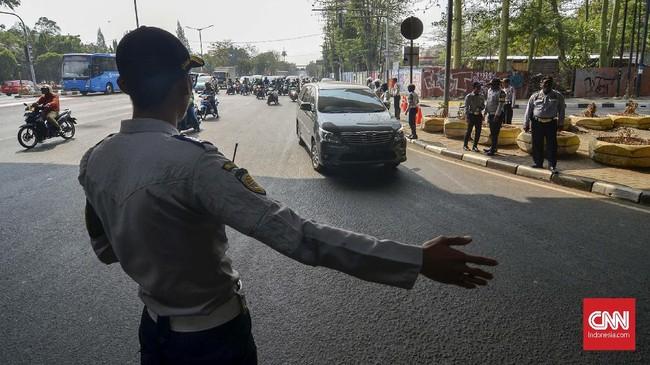 Dalam catatan polisi, ada 941 pelanggar kawasan ganjil genap pada pagi hari pertama pemberlakuan kebijakan ini. (CNN Indonesia/Daniela Dinda)