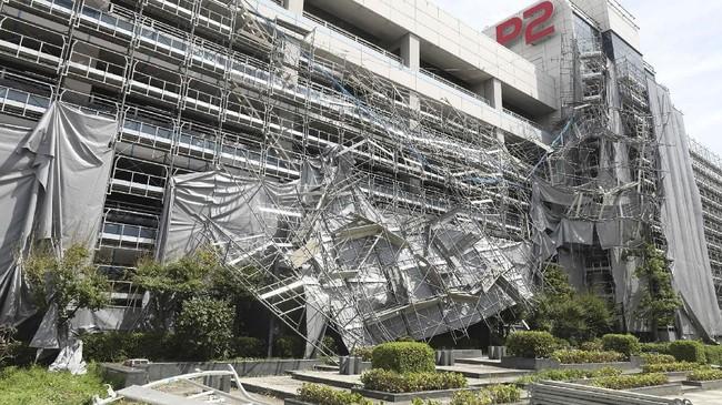 Topan Faxai telah menyebabkan pemadaman listrik di 290 ribu rumah, dan 10 rumah di Shizuoka mengalami kerusakan. (JIJI PRESS / AFP)