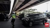 Sejumlah kendaraan bernomor polisi genap tetap melintas di ruas jalan kawasan ganjil genap meski hari ini yang diperbolehkan kendaraan bernomor ganjil. (CNN Indonesia/Daniela Dinda)