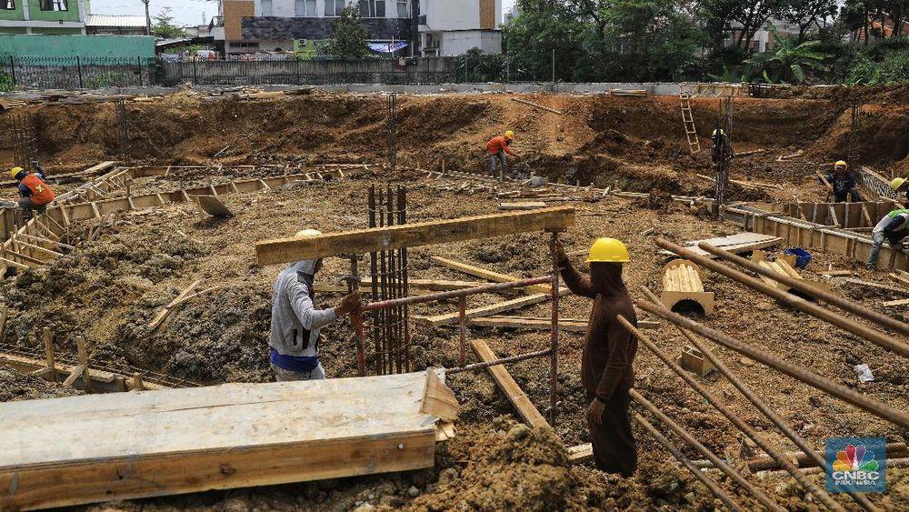 Pekerja menyelesaikan pengerjaan pembangunan Alun-alun Depok tahap II di kawasan Grand Depok City (GDC), Kalimulya, Cilodong, Kota Depok, Senin (9/9/2019). (CNBC Indonesia/Andrean Kristianto)