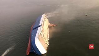 VIDEO: Kapal Pengangkut Mobil Terguling, Evakuasi Terhambat