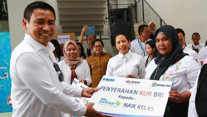 PT Bank Rakyat Indonesia Tbk (BBRI) menyalurkan Kredit Usaha Rakyat (KUR) Mikro kepada nasabah Mekaar naik kelas di Labuan Bajo, NTT