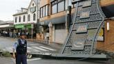 Topan Faxai telah menyebabkan gangguan perjalanan kereta. Sekitar 100 jadwal kereta peluru yang menghubungkan Tokyo dengan kota-kota di pusat dan barat Jepang dibatalkan akibat situasi itu. (Kyodo News via AP)