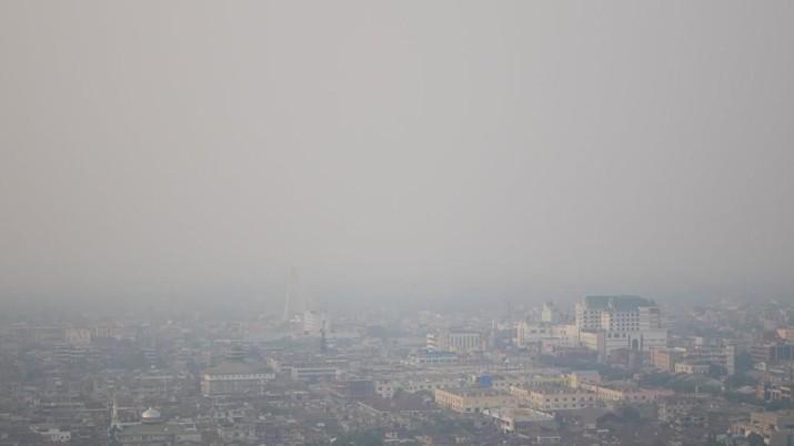 Sejumlah penerbangan dilaporkan mengalami delay dan pembatalan terbang akibat kabut asap yang melanda beberapa wilayah Sumatera dan Kalimantan