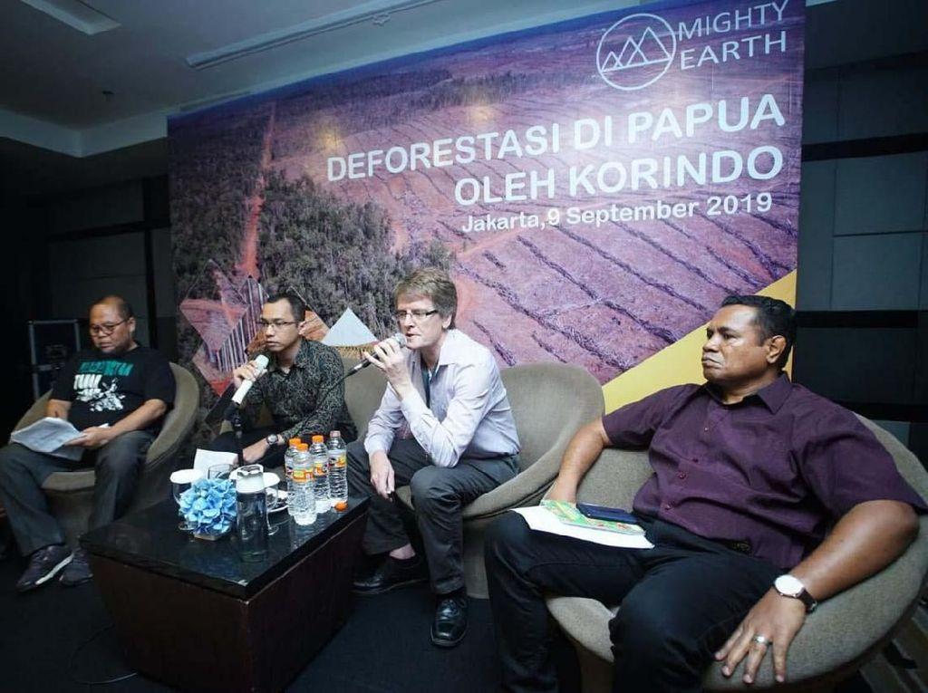 Campaign Director at Mighty Earth Phil Aikman, Executive Director SKP KAMe Merauke Pastor Anselmus Amo (kanan) dan Executive Director Yayasan Pusaka Franky Samperante (kiri) saat merilis hasil temuan investigasi tentang deforestasi di Papua yang diduga dilakukan oleh Korindo, Jakarta, Senin (9/9/2019).