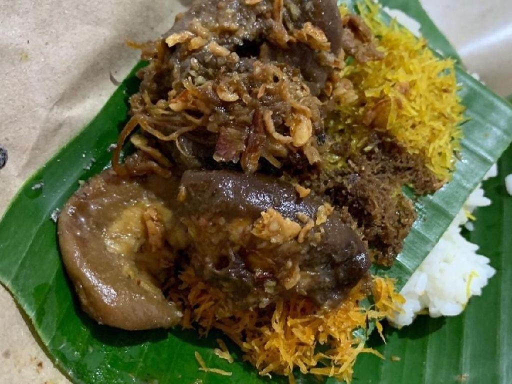 Ini nasi krawu bu Hj. Tila, selain empal juga pake usus dan paru sapi. lauknya lebih banyak dari nasinya. Dijamin kenyang! Foto : Instagram @infomakan