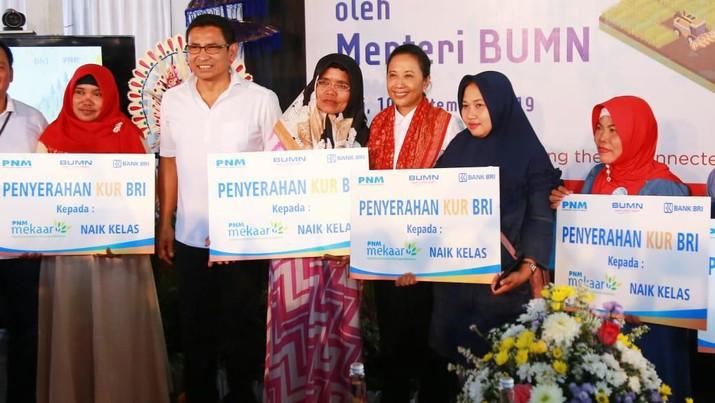 BRI menyalurkan Kredit Usaha Rakyat (KUR) Mikro kepada nasabah ultra mikro yang naik kelas di Klungkung, Bali, Selasa (10/9/2019).