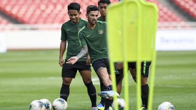 Stefano Lilipaly (kiri) dan Andik Vermansah (kedua dari kiri) memiliki banyak pengalaman melawan Thailand bersama Timnas Indonesia. Sejak 2010, Lilipaly sudah empat kali melawan Thailand, sementara Andik tiga kali. Pengalaman keduanya penting untuk tim asuhan Simon McMenemy. (ANTARA FOTO/Hafidz Mubarak A/ama)