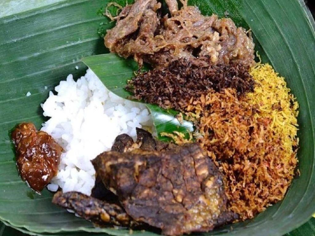 Di Bandung juga ada penjual nasi krawu. Diracik dengan 2 jenis serundeng, pedas dan gurih dengan empal suwir, paru goreng plus sambal. Mantap! Foto : Instagram @kulinerbandung