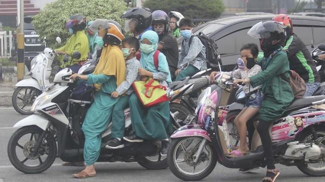 Dinas Pendidikan Kota Pekanbaru, Riau sejak kemarin meliburkan sekolah karena asap yang sangat pekat imbas karhutla. (ANTARA FOTO/Aswaddy Hamid)