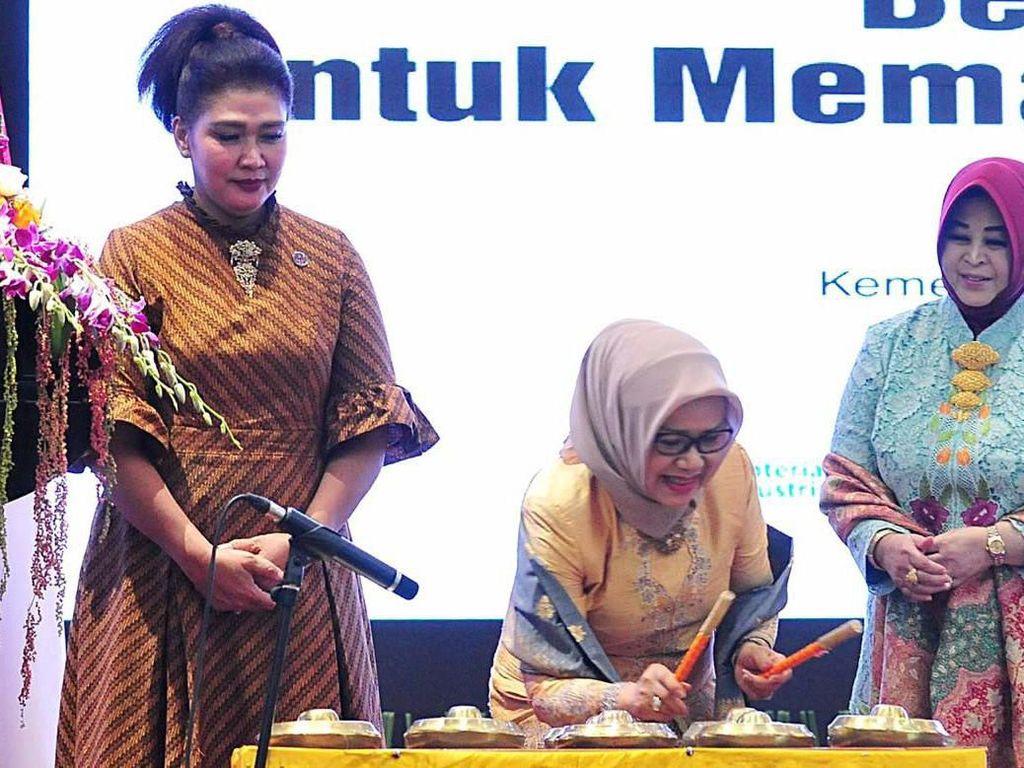 Ketua Umum Dekranas Ibu Mufidah Jusuf Kalla (tengah) didampingi oleh Ibu Nora Ryamizard Ryacudu (kiri) beserta Ibu Erni Tjahjo Kumolo (kanan) membuka Rapat Kerja Nasional Dewan Kerajinan Nasional (Rakernas Dekranas) Tahun 2019 di Kantor Pusat Kementerian Pertahanan RI, Jakarta Selasa(10/9). Pool/Kemhan.