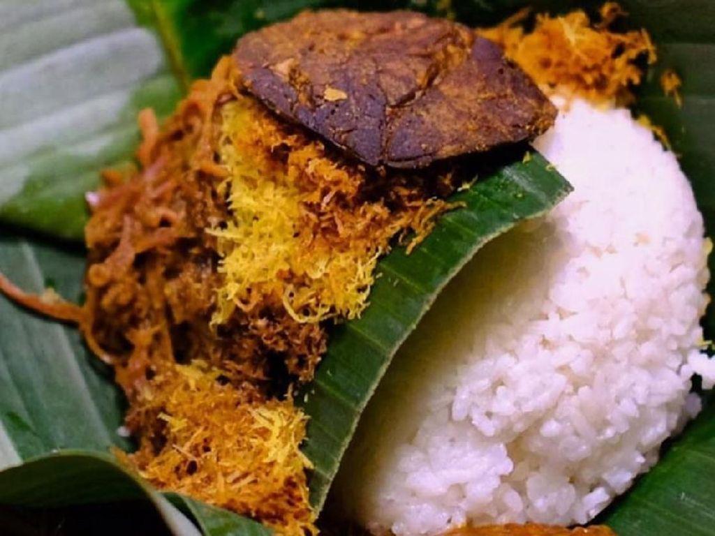 Di Jakarta Timur juga ada penjual nasi krawu, bisa makan di tempat, dibawa pulang atau order lewat ojol. Dibungkus daun pisang hingga aromanya sedap. Foto : Instagram @makrawu.mayestik