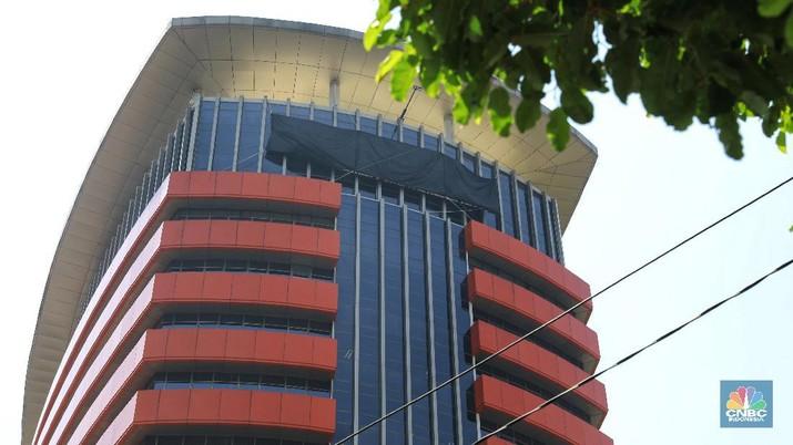 Suasana gedung Komisi Pemberantasan Korupsi (KPK) yang tertutup kain hitam di Gedung Merah Putih KPK, Jakarta, Selasa (10/9/2019). (CNBC Indonesia/Andrean Krisianto)