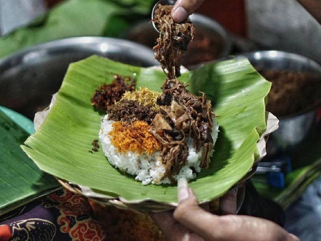 Nasi krawu biasa disajikan dengan alas atau bungkus daun pisang. Nasi putih hangat diberi topping lauk sejumput demi sejumput. Sedap! Foto : Instagram @sbykulinerinfo