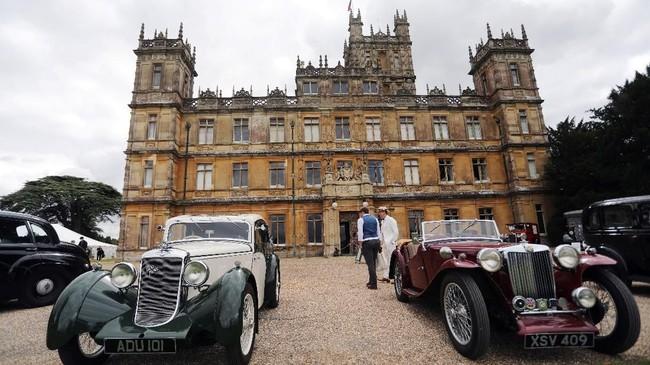Pengunjung dari berbagai belahan dunia berbondong-bondong menuju Kastil Highclere di Inggris untuk mendapatkan pengalaman 99 tahun lalu, terinspirasi oleh serial televisi Downton Abbey yang kemudian diwujudkan dalam film layar lebar. (Photo by Isabel INFANTES / AFP)