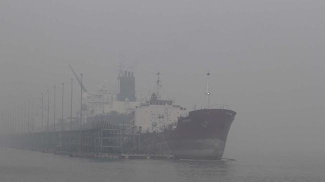 Sebuah kapal tanker bersandar di dermaga pelabuhan yang diselimuti kabut asap di Kota Dumai, Riau, Selasa (3/9/2019). Otoritas kesyahbandaran memperingatkan petugas armada kapal untuk lebih waspada saat berlayar. (ANTARA FOTO/Aswaddy Hamid)
