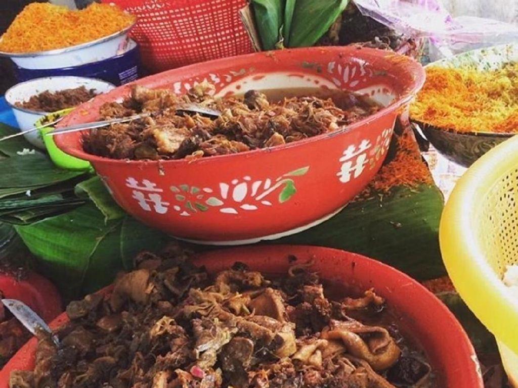 Biasanya nasi krawu dijajakan di atas meja dengan hamparan lauk. Selain 2 jenis serundeng ada pilihan jeroan sapi hingga kikil dan empal suwir. Ayo, pilih yang mana? Foto : Instagram @gresiktoursm