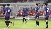 Pemain belakangThailand Theerathon Bunmathan (tengah) menjalani persiapan akhir jelang melawan Indonesia. Dalam lima pertemuan terakhir dengan Indonesia, Thailand sudah kebobolan delapan kali. (ANTARA FOTO/Hafidz Mubarak A/nz)