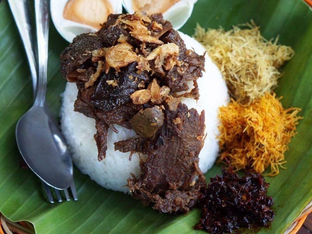 Selain empal, nasi krawu juga dilengkapi dengan dendeng sapi yang empuk manis. Ditambah telur asin makin enak rasanya. Foto : Instagram @kulinergresik