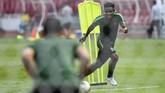 Penyerang naturalisasiOsas Saha berpeluang tampil di laga Indonesia vs Thailand. Kehadiran Osas bisa meningkatkan kekuatan lini depan Tim Merah Putih dalam pertandingan nanti. (ANTARA FOTO/Hafidz Mubarak A/ama)
