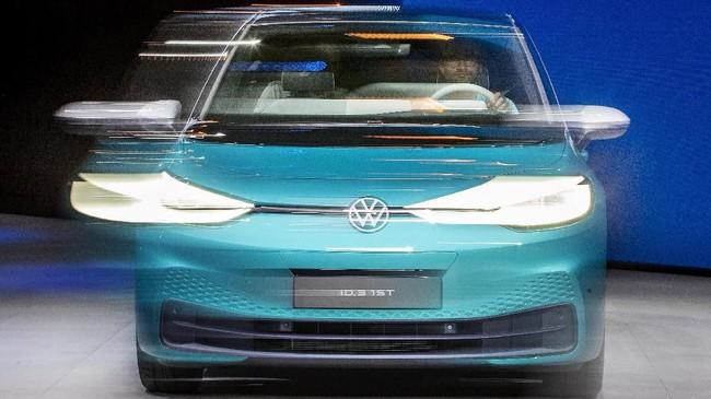 New Volkswagen ID.3 yang menggunakan teknologi motor listrik muncul di pameran. (AP Photo/Michael Probst)