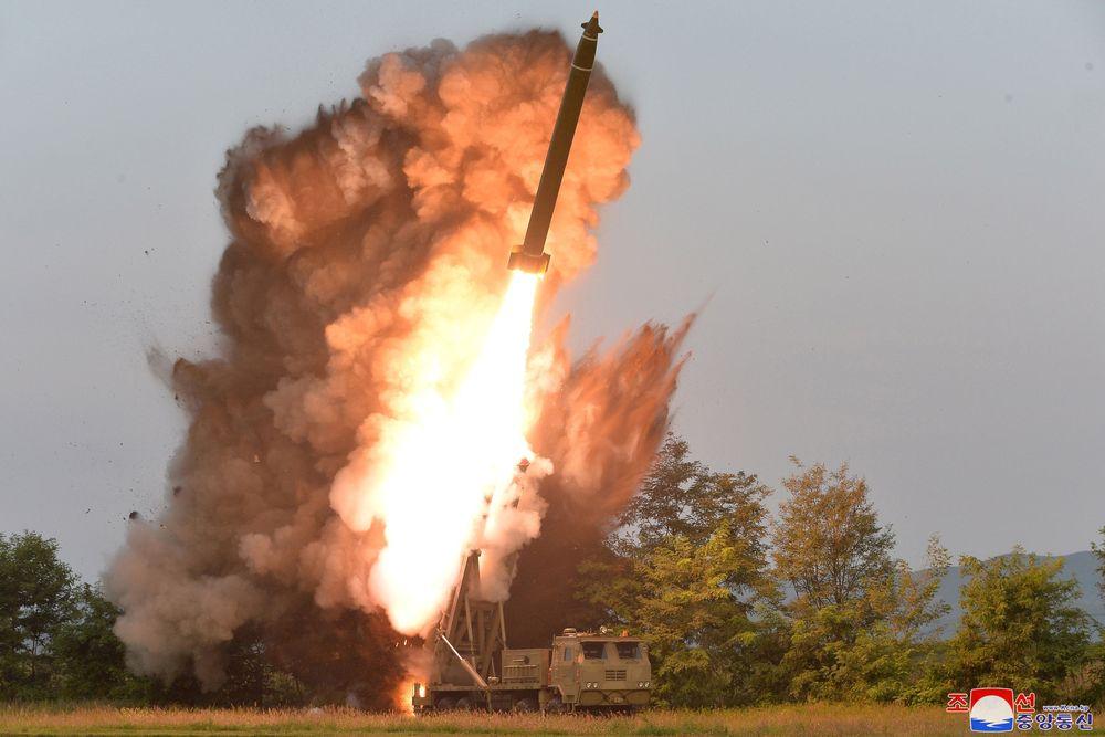 Media pemerintah Korea Utara memberitakan Pyongyang berhasil menguji coba Roket Multiple super besar. (KCNA via Reuters)