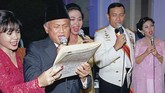 Pada HUT RI ke-54 pada 17 Agustus 1999, BJ Habibie bernyanyi bersama Wiranto dan beberapa penyanyi perempuan di Istana Merdeka. (Photo by AGUS LOLONG / AFP)