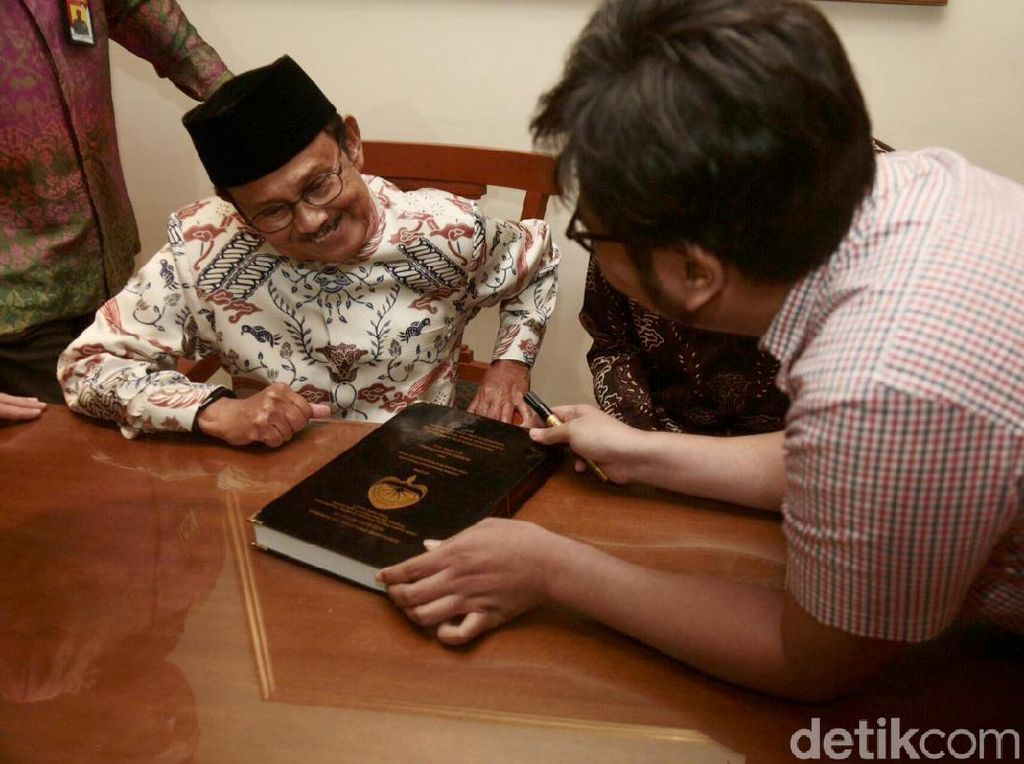 Ada seorang mahasiswa Atma Jaya Yogyakarta meminta tanda tangan BJ Habibie di acara tersebut.