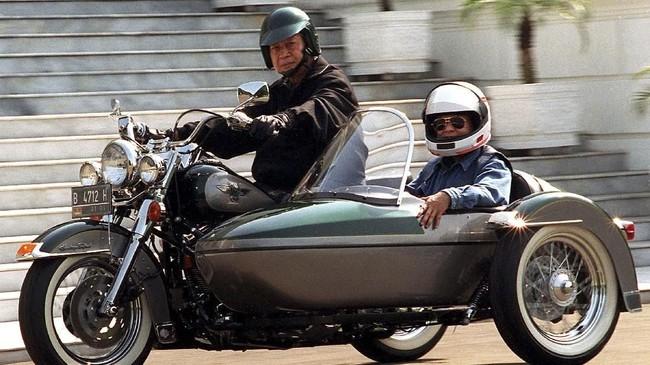 Pada 1 September 1996, BJ Habibie yang saat itu menjabat menjadiMenristek, menaiki motor di sampingPresiden Soeharto. Sempat berkarier di Jerman, Habibie dibawa pulang oleh Soeharto dan kemudian didaulat menjadi Menristek pada 1978. (AFP PHOTO/AGUS LOLONG)