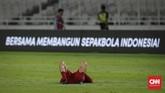 Penyerang Timnas Indonesia, Stefano Lilipaly, terkulai lemas di tengah lapangan usai pertandingan yang berujung kekalahan 0-3 dari Thailand. (CNN Indonesia/Adhi Wicaksono)