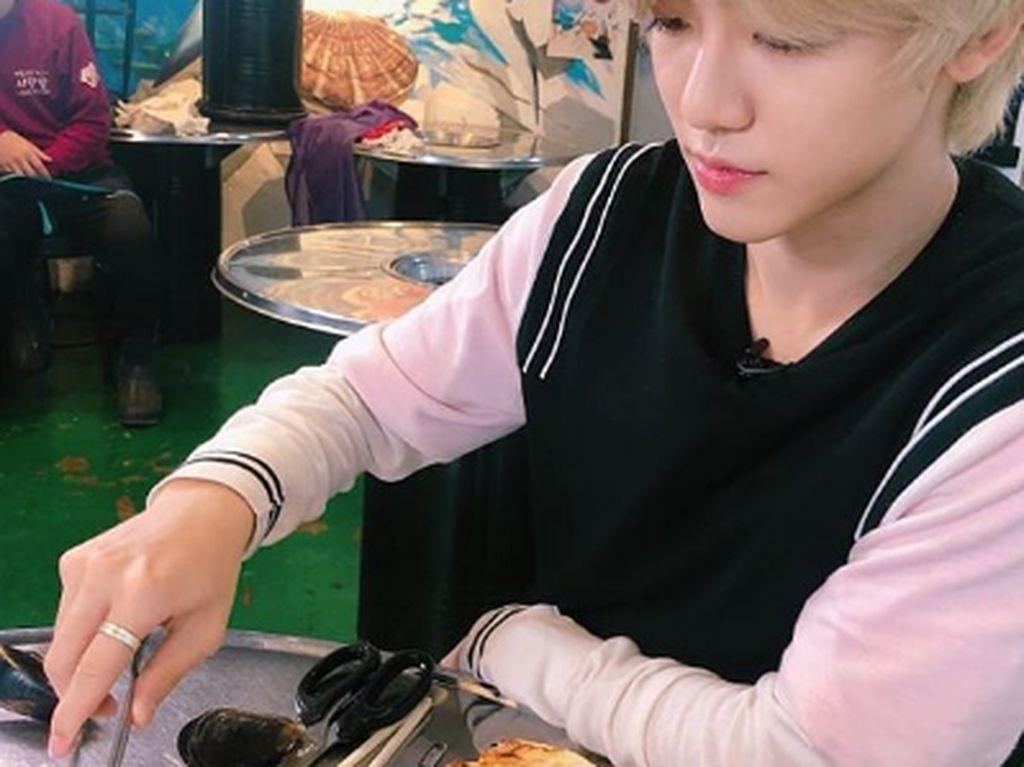 Ini pose Jaeman yang nampak serius sedang mengolah makanan di dapannya. Foto: Instagram @NCT_Dream