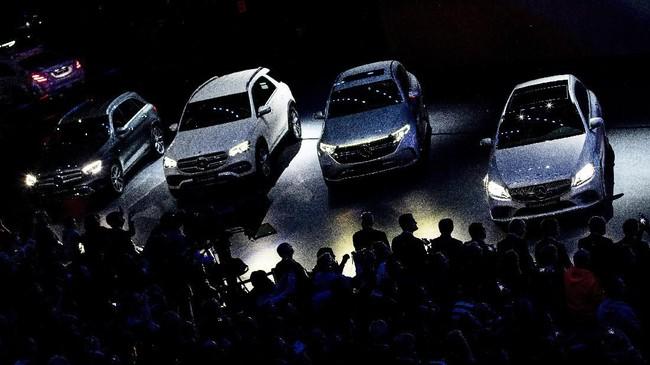 Deretan mobil baru Mercedes-Benz pameran otomotif Frankfurt Auto Show 2019 di Jerman. (AP Photo/Michael Probst)