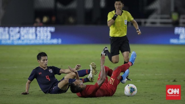 Lini tengah Indonesia yang dihuni Manahati Lestusen dan Evan Dimas tampak kedodoran meladeni permainan kompak dari para gelandang tim Gajah Perang. (CNN Indonesia/Adhi Wicaksono)