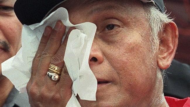 BJ Habibie menyeka wajahnya saat bertemu dengan atlet-atlet Indoensia yang akan berkompetisi di SEA Games 1999 di Jakarta. (NUR / AFP)
