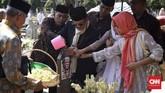 Mantan Presiden RI Ke-3 BJ Habibie ziarah mengunjungi makam istrinya, Ainun Habibie di TMP Kalibata, Jakarta, 5 Juni 2019. Keluarga Habibie pernah menyatakan bahwa Habibie akan dimakamkan di samping mendiang istrinya.(CNN Indonesia/Hesti Rika)