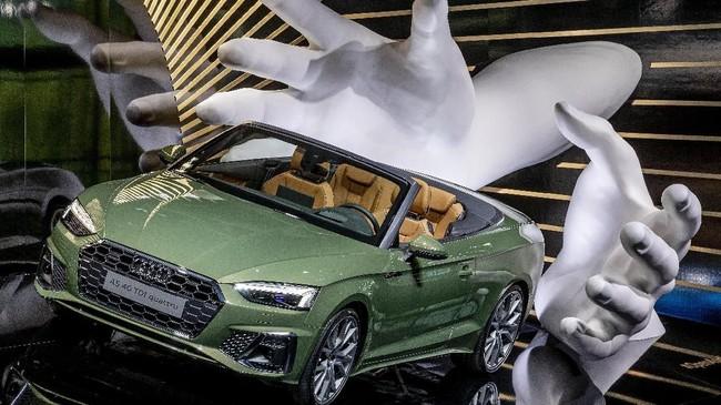 Audi A5 4.0 TDI Quattro berlabur warna hijau tampil di IAA Auto Show, Frankfurt, Jerman. (AP Photo/Michael Probst)