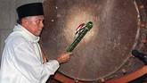 Di akhir bulan Ramadan, BJ Habibie memukul gong di Masjid Istiqlal pada 18 Januari 1999. (AFP PHOTO/AGUS LOLONG)