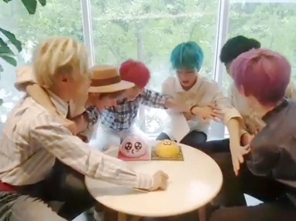 Dalam foto ini terlihat semua anggota boyband NCT Dream, ini nampak berebutan kue berbentuk lucu dan mungil itu. Foto: Instagram @NCT_Dream
