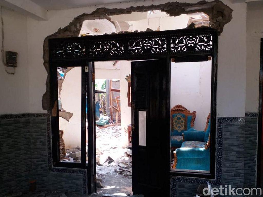 Ledakan itu membuat rumah warga tersebut rusak cukup parah.